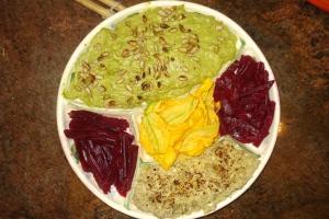 Guacamole com sementes de girassol, flor de abobrinha, beterraba curtida e coração de alcachofra